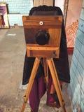Gammal kamera med en träställning royaltyfri foto