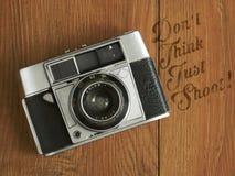 Gammal kamera med text Royaltyfria Foton
