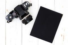 Gammal kamera och bok royaltyfri foto