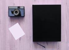 Gammal kamera och bok Royaltyfria Foton