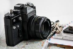Gammal kamera och olik saker Arkivfoto