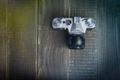 Gammal kamera på brädena Royaltyfri Foto