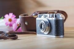 Gammal kamera på en tabell Arkivbilder