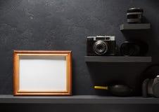 Gammal kamera på hyllaväggträ royaltyfri fotografi