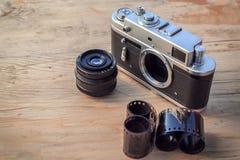 Gammal kamera på träbakgrund Arkivfoton