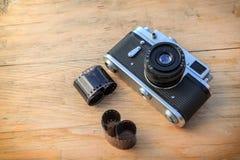 Gammal kamera på träbakgrund Fotografering för Bildbyråer