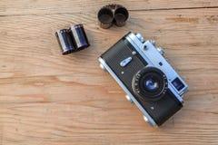 Gammal kamera på träbakgrund Arkivfoto