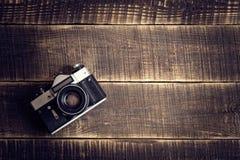 Gammal kamera på trätabellen Royaltyfri Fotografi