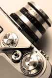 Gammal kamera. Sepia. Stilfull retro bakgrund. Royaltyfria Foton