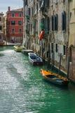 Gammal kanal i Venedig med fartyg, Italien Fotografering för Bildbyråer
