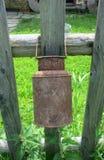 Gammal kanna på staketet Royaltyfria Foton