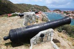 Gammal kanon överst av den Gustavia hamnen på St Barths Royaltyfria Bilder