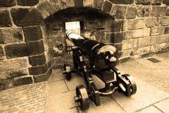 Gammal kanon i vägg i Edinburgslott Arkivbilder