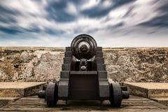 Gammal kanon på det klart Royaltyfri Fotografi