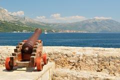Gammal kanon på fästningen i staden Korcula i Kroatien Arkivbild