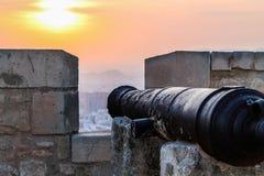 Gammal kanon på slotten royaltyfria bilder