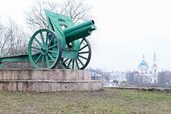 Gammal kanon på sockel i den Kingisepp staden arkivfoto