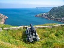 Gammal kanon som pekar in mot Atlantic Ocean arkivbilder