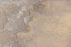 Gammal kanstött murbruk på betongväggen, beige textur, bakgrund Arkivbilder