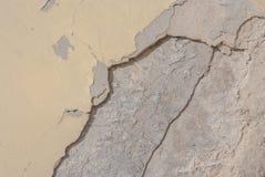 Gammal kanstött murbruk på betongväggen, beige textur, bakgrund Royaltyfri Fotografi