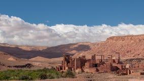 Gammal Kasbah by i öknen av Marocko royaltyfri bild