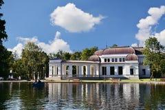 Gammal kasinobyggnad (1897) nära sjön i Central Park Cluj-Napoca, Rumänien Fotografering för Bildbyråer