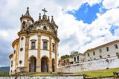 Gammal katolsk kyrka av det 18th århundradet i kolonial stil arkivbilder