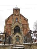 Gammal katolsk kyrka i byn tegelstenytterdörr arkivfoto