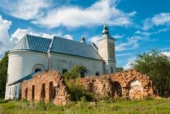 Gammal katolsk kyrka på grönt fält i Vitryssland royaltyfri foto