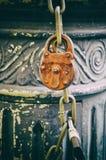 Gammal kedja i gatan med chain rostigt arkivfoto
