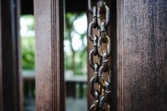 Gammal kedja och antikt thailändskt hus Arkivfoton