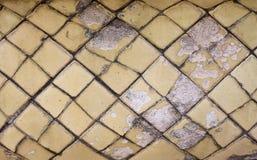 Gammal keramisk tegelplatta på en badrum Fotografering för Bildbyråer