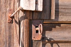 Gammal keyhole med nyckel- arkivfoto