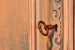 Gammal keyhole med nyckel- arkivbilder