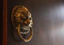 Gammal kinesisk dörrhandtag, kinesiskt begrepp royaltyfri bild