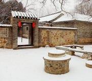 Gammal kinesisk gård med snö Arkivbild