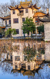 Gammal kinesisk hus västra sjöreflexion Hangzhou Zhejiang Kina royaltyfria foton