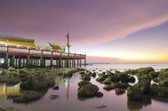 Gammal kinesisk tempel på stranden Arkivbilder