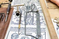 Gammal kirurgisk sågkrok för medicinska instrument på bakgrund Arkivbild