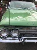 Gammal klassisk amerikansk bil arkivfoto