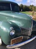 Gammal klassisk amerikansk bil arkivbild