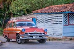 Gammal klassisk amerikansk bil i den Vinales Kuban arkivbilder