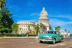 Gammal klassisk amerikansk grennbil och Kapitolium, Kuba Royaltyfri Bild