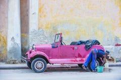 Gammal klassisk bil i Kuba Arkivbild