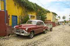 Gammal klassisk bil i Trinidad, Kuba Royaltyfri Fotografi