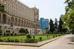 Gammal klassisk byggnad och modernt hotell Arkivbild