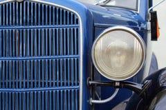 Gammal klassisk lampa för framdel för oldtimer för bilframdeldetalj arkivbild
