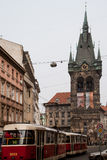 Gammal klassisk slampa i gatorna av Prague under vinter Arkivfoton
