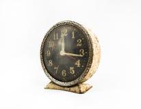Gammal klocka för Grunge i isolatbakgrund Arkivfoto