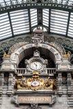 Gammal klocka i den Antwerp railwaystationen, Belgien Arkivbilder